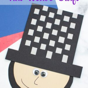 This Abraham Lincoln Hat Weave craft is a great way to learn through play. Make a fun craft together, and learn a lot of history along the way! #abrahamlincoln #abelincolnshat #weaveactivitiy #learnthroughplay #teachingsecondgrade | Learning Through Play | History | Abraham Lincoln | Abraham Lincolns Hat | Weaving Craft | Kids Activities
